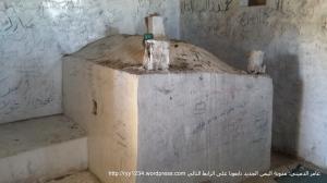 صورة القبر المزعوم وتظهر فيه علبة البخور كنوع من التقرب الذي يمارسه بعض الناس